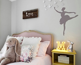 Sticker ballerine dansante dans une chambre