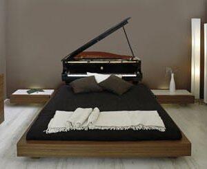 Sticker piano à queue au-dessus d'un lit
