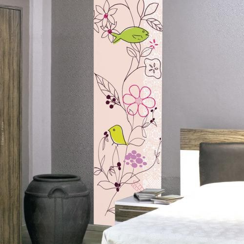 Chambre grise décorée avec un panneau adhésif déco style papier peint rose