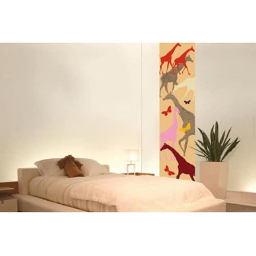 Sticker savane girafe et papillons coller sur un mur de chambre