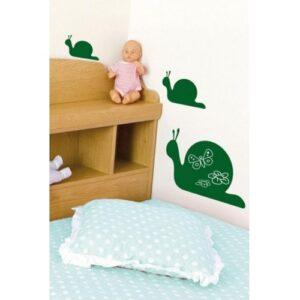 Déco de chambre d'enfant avec ardoises adhésives à craies escargot vert.