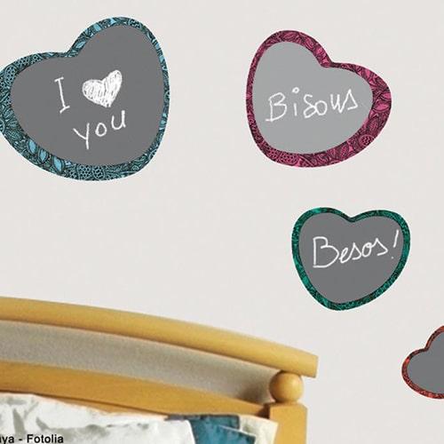 Stickers autocollants tableau noir coeurs mis en ambiance dans une chambre