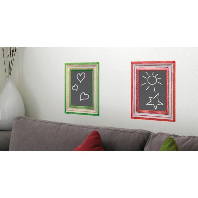Salon moderne avec cadres tableaux à craies rouge et vert qui sont des ardoises adhésives.