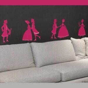 Stickers bal de princesses au dessus d'un canapé gris