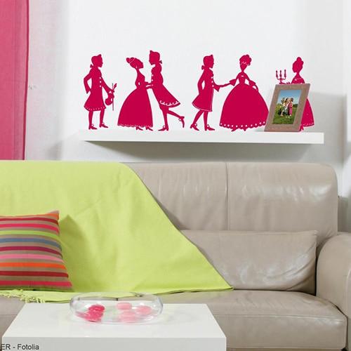 Stickers bal de princesses au dessus d'un canapé beige
