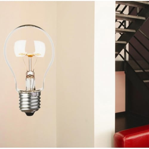 Sticker mural ampoule mis en ambiance sur un mur clair