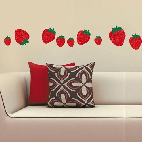 Stickers adhésifs fraises au-dessus d'un canapé