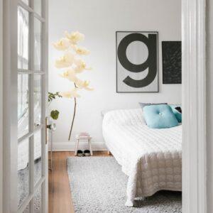 sticker déco fleur orchidée blanche dans une jolie chambre moderne et lumineuse.