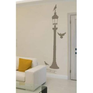 sticker mural réverbère bronze avec pigeons collé sur un mur clair