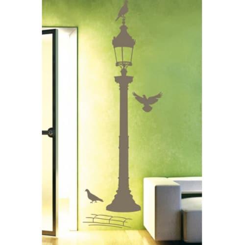 autocollant mural réverbère bronze avec pigeons collé sur un mur vert et jaune