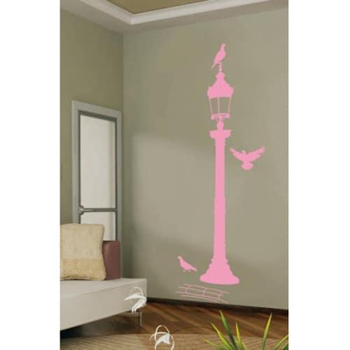 Autocollant mural réverbère rose avec pigeons mis en ambiance sur un mur blanc
