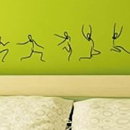 Adhésif mural saut de bonhomme en séquences sur un mur vert