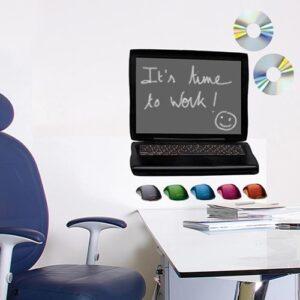 stickers ardoise tableau noir PC au-dessus d'un bureau