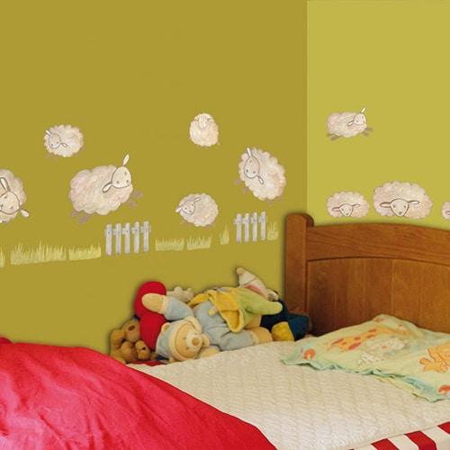 Sticker ludique mural pour chambre d'enfants moutons blancs avec barrière et herbe