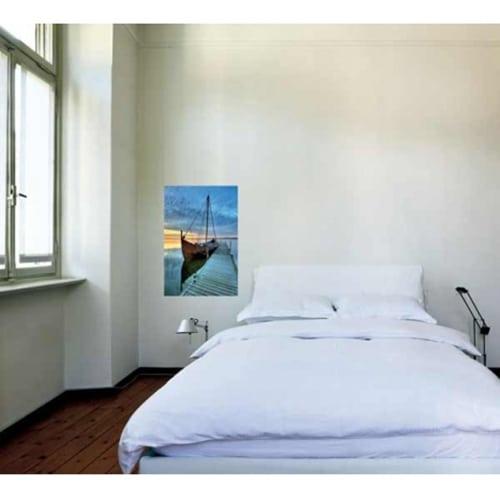 Autocollant mural voilier accosté collé sur un mur blanc