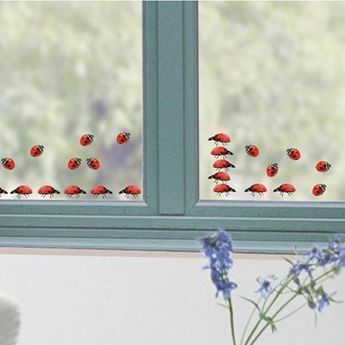 stickers de vitres déco électrostatique Coccinelles rouges sur une vitre
