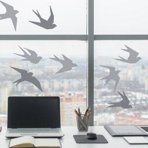 Sticker adhésif hirondelle grise dans un bureau