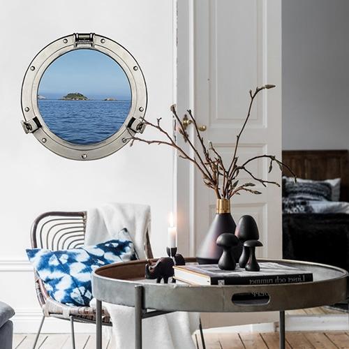 sticker fenêtre hublot de bateau dans un salon avec plante décorative