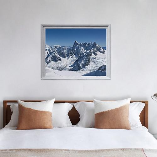 Sticker adhésif fausse fenêtre en trompe-l'oeil Montagne Enneigées pour déco de la chambre en tête de lit.