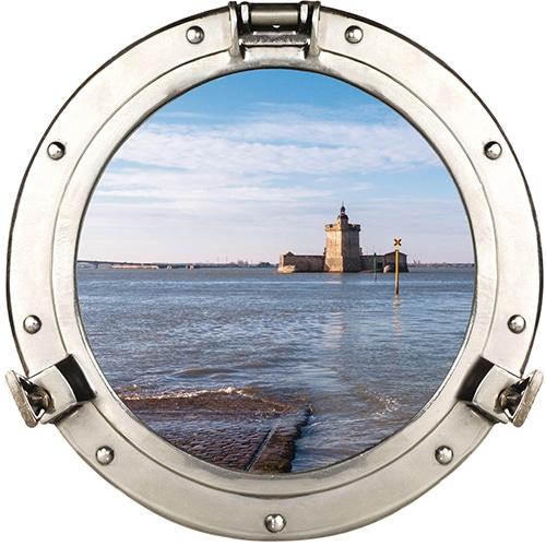 Adhésif déco de fausse fenêtre ronde avec vue sur le fort Louvois comme un hublot de bateau en trompe-l'oeil