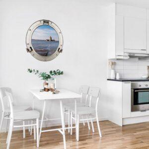 Fenêtre ronde adhésive imitant un hublot avec une vue sur le Fort Louvois dans un coin salle à manger moderne