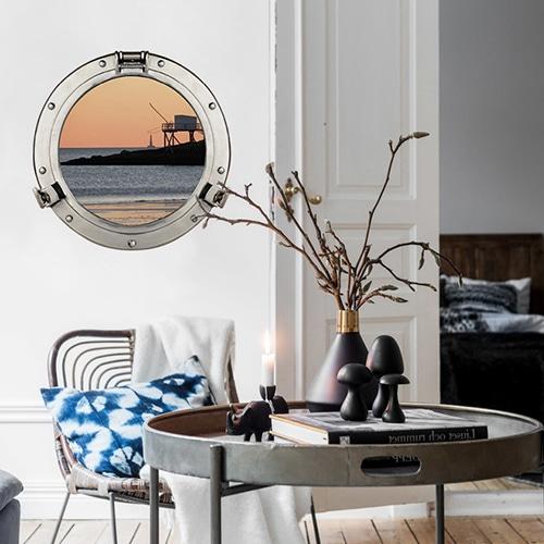 joli intéireur moderne avec le hublot de bateau adhésif qui offre une vue sur le port un soir de pêche comme une fausse fenêtre ronde adhésive.