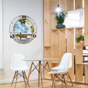 Faux hublot de bateau avec paysage hublot Dôme de la Grave dans une salle à manger avec Claustra en bois clair.