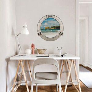 Sticker faux hublot de bateau dans un bureau de maison apporte de la profondeur à la déco marine.