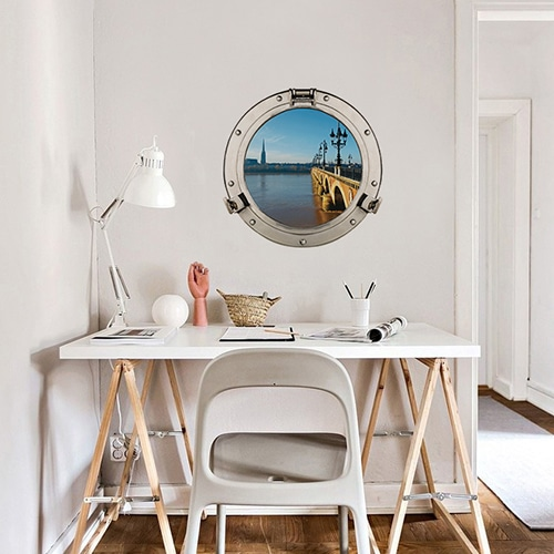 Bureau personnalisé avec un Autocollant mural de fausse fenêtre ronde en trompe-l'oeil avec une vue sur le pont de pierres comme un hublot de bateau.