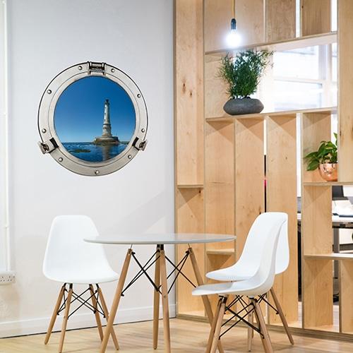 Salle à manger avec Claustra en bois clair et faux hublot de bateau comme une fenêtre en trompe-l'oeil.
