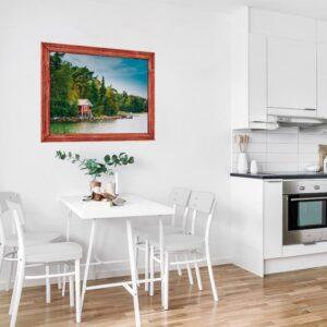 Cuisine ouverte sur la salle à manger offrant une vue sur un paysage du Canada grâce à la fausse fenêtre adhésive en trompe-l'oeil.