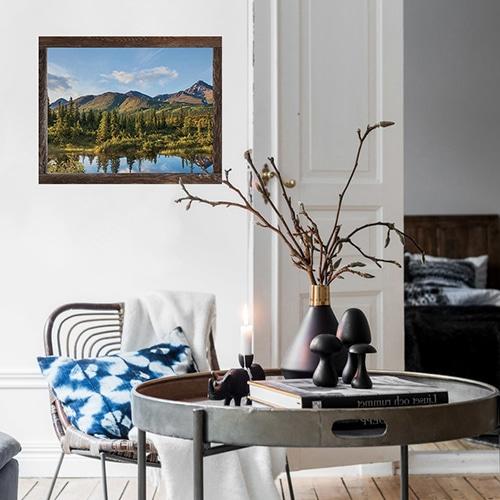 Salon personnalisé avec une fausse fenêtre adhésive en trompe-l'oeil offrant la vue sur un paysage du Canada : Chicoutimi.
