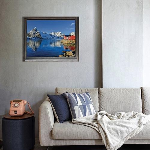 Salon cosy avec fausse fenêtre en trompe-l'oeil offrant une vue sur un fjord de finlande : Kalajoki.