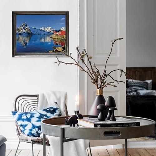 Fausse fenêtre adhésive en trompe l'oeil avec vue sur un fjord des pays nordiques dans le salon.