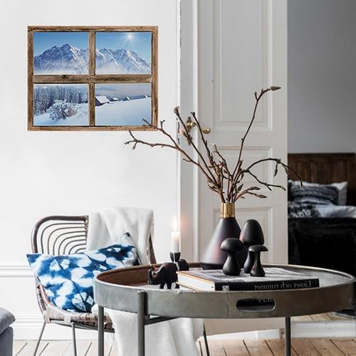Déco montagne dans ce salon avec la fausse adhésive en fenêtre trompe-l'oeil donnant vue sur la montagne, ambiance chalet dans le salon.