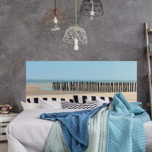 Sticker Littoral Nord pour tête de lit au-dessus d'un lit avec plaids colorés