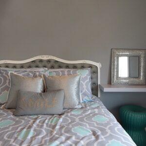 Sticker Capitonnée gris foncé pour tête de lit mis en ambiance sur un mur gris foncé