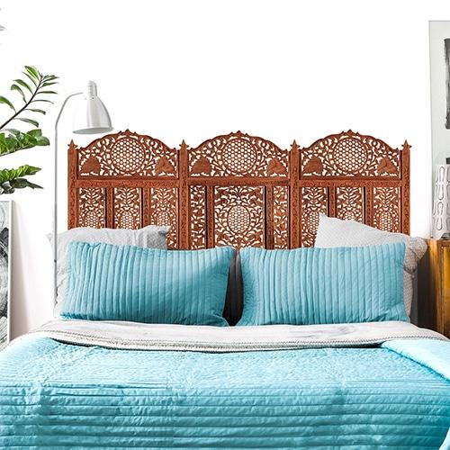 Sticker Moucharabieh oriental pour tête de lit dans une chambre à coucher avec petite lampe et des murs blancs
