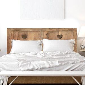 Sticker tête de lit couleur bois avec deux coeurs dans une chambre à coucher aux murs blanc