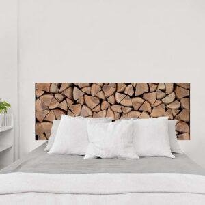 Sticker Bûches en bois pour tête de lit sur mur blanc dans une chambre à coucher
