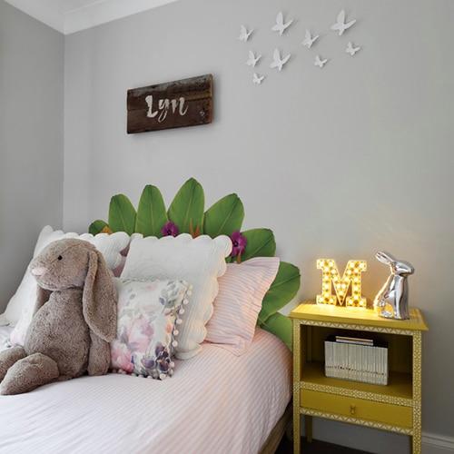 Sticker Tête de lit en forme de fleurs de tahiti mis en embiance dans une chambre à coucher aux murs gris
