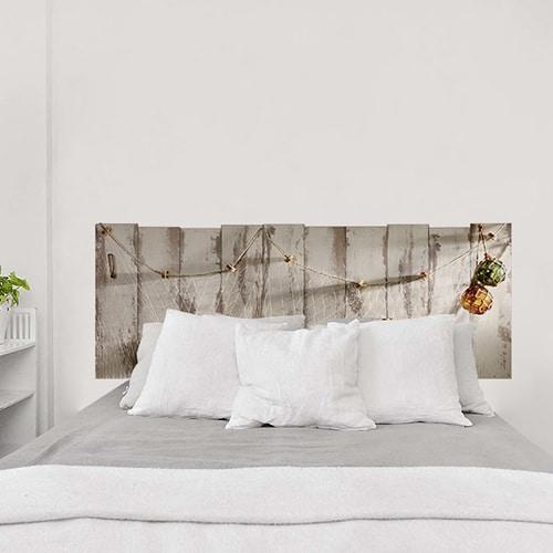 sticker filet de pêche et coquillage sur fond en bois dans une chambre à coucher sur un mur clair
