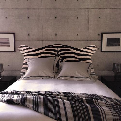 stickers tête de lit motif peau de zèbre mis en situation dans une chambre à coucher