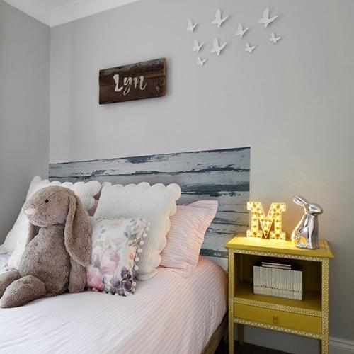 sticker couleur bois gris pour tête de lit sur mur gris clair