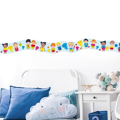 Sticker frise enfants du monde dans chambre d'enfant avec coussins bleus
