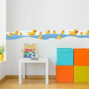 Sticker frise canards en pastique au bord de l'eau dans chambre d'enfant avec boulier et cubes colorés