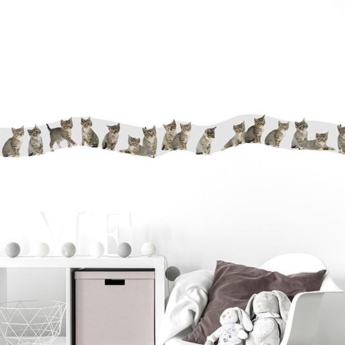 Sticker frise chatons pour chambre d'enfant avec coussin marron et peluches