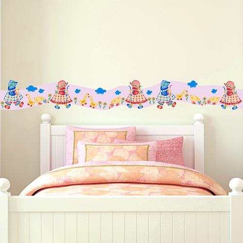 Sticker Frise rose Petite Jardinière rouge et bleue et canard jaune au-dessus d'un lit d'enfant