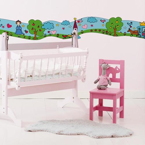 Sticker Frise Féés - Un Monde Enchanté avec lit et chaise roses