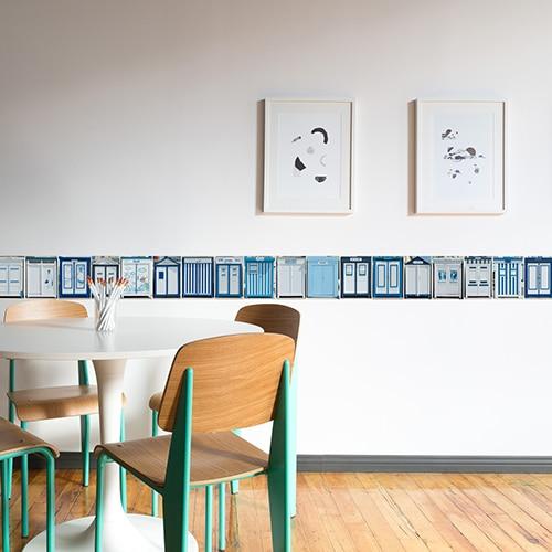 Frise de cabines de plage bleues sur mur blanc